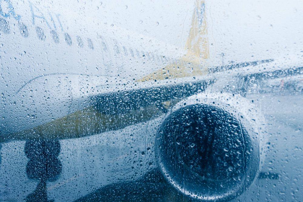 雨の中の飛行機