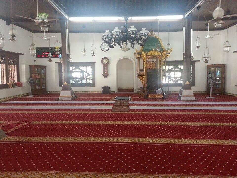 どうやらこの赤いカーペットの敷いてあるエリアにはイスラム教徒以外立ち入り禁止らしい。