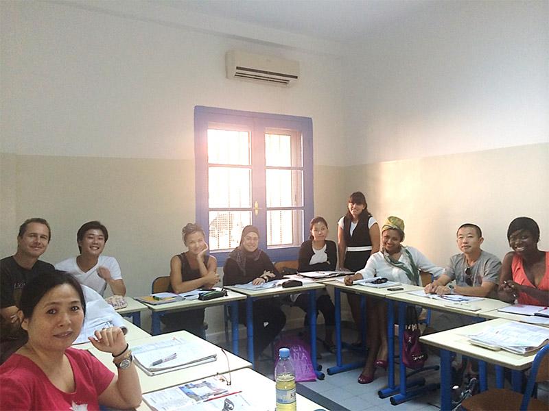 私のクラスメイトと先生(中央奥で立っている女性)