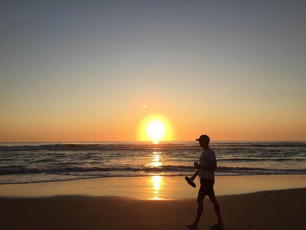 ゴールドコーストのビーチでのサンライズ