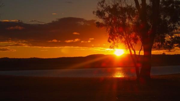 ちょうどその頃、夕日が沈む時間帯。。