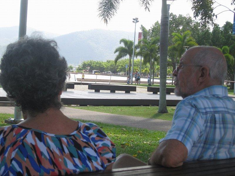 海岸で出会った優しいおじさんとおばさん。