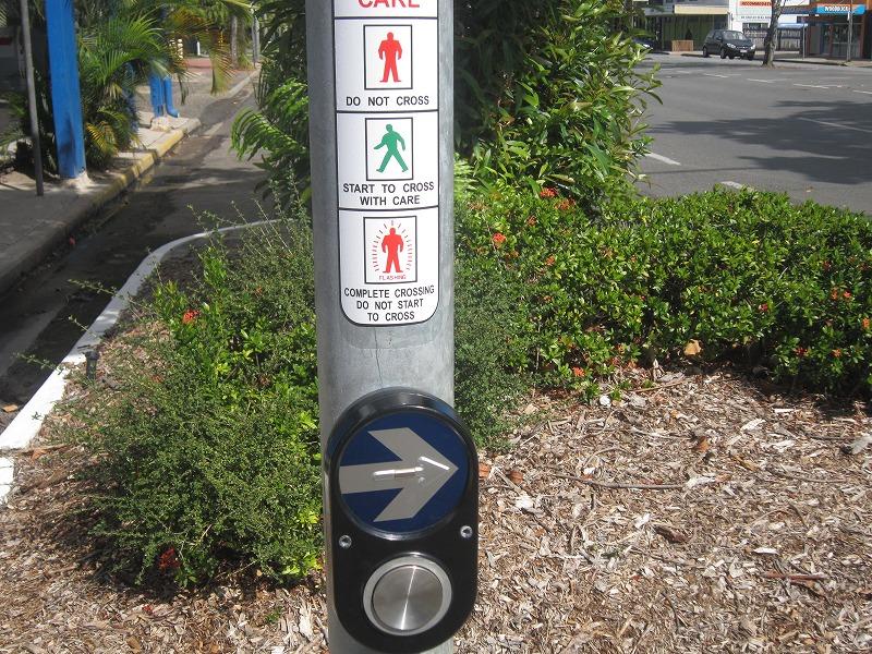 これがオーストラリアの横断歩道のボタン。日本より大きい。