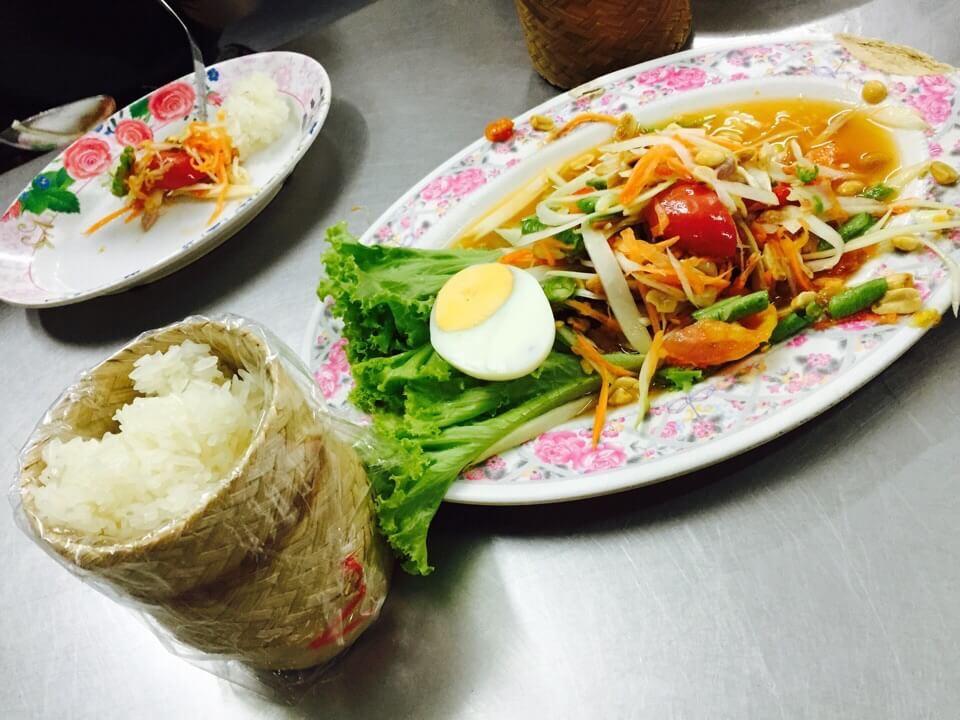 パパイヤサラダともち米です!