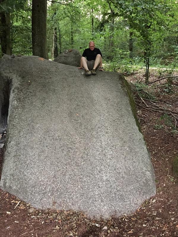 子宝に恵まれない女性がその石から滑り降りると子供を授かることができるという言い伝えがある石