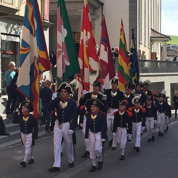 ナポレオン風の装束をした男性と男の子のみの行列
