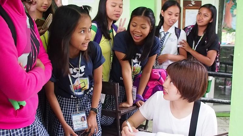 ②フィールドワーク:事前準備を終えたら、実際に現場に行ってインタビューを行います。フィリピン人講師とマンツーマンでフィールドワークを行うので、いつでもサポートしてくれて安心!