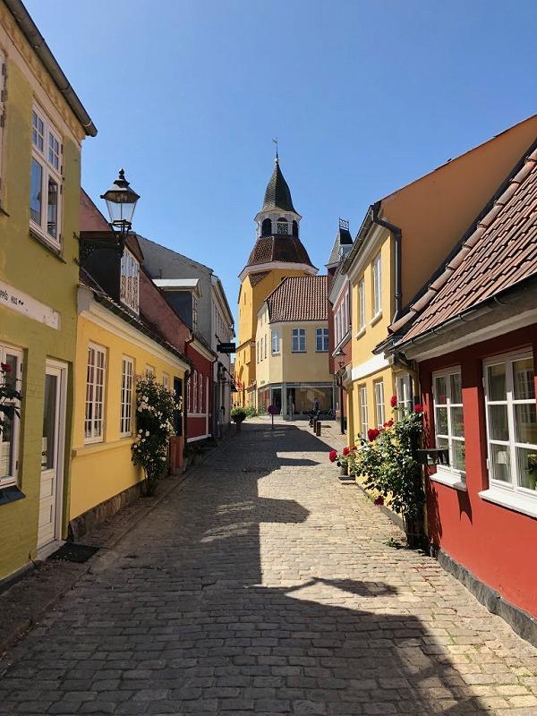 古くて可愛らしい建物が並ぶ街